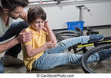 πατέραs , μερίδα φαγητού , τραυματίας , υιόs , εγερτήριο , από , αλίσκομαι από , ποδήλατο