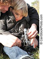 πεδίο , μικροσκόπιο , πατέραs , χρησιμοποιώνταs
