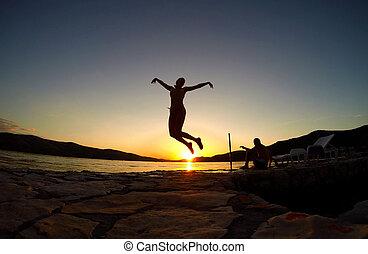 περίγραμμα , από , ένα , κορίτσι , αγνοώ , σε , ηλιοβασίλεμα , στην παραλία