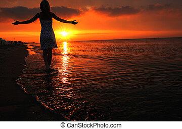 περίγραμμα , από , ένα , κορίτσι , σε , ηλιοβασίλεμα