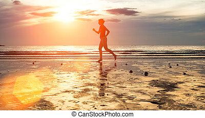 περίγραμμα , από , ένα , νέα γυναίκα , αργοκίνητος , σε , ηλιοβασίλεμα , επάνω , ο , seashore.