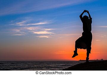 περίγραμμα , από , ένα , νέος , αστείο , γυναίκα , επάνω , ο , θάλασσα , παραλία , σε , sunset.