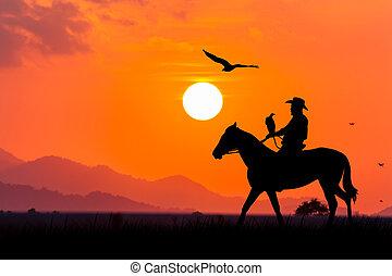 περίγραμμα , από , αγελαδάρης , κάθονται , επάνω , δικός του , άλογο , σε , ηλιοβασίλεμα , φόντο