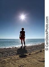 περίγραμμα , από , γυναίκα , ο οποίος , ακουμπώ , επάνω , παραλία , μέσα , νερό , απέναντι , ήλιοs