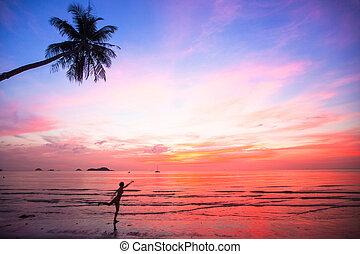 περίγραμμα , νέα γυναίκα , μέσα , ένα , πηδάω , επάνω , ο , θάλασσα , παραλία , σε , ηλιοβασίλεμα , (concept, από , long-awaited, vacation)
