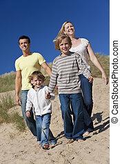 περίπατος , πατέραs , 2 αγόρι , μητέρα , αστείο , παραλία , έχει