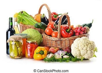 πλεχτό καλάθι , και , λαχανικά , απομονωμένος , αναμμένος...