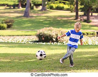 ποδόσφαιρο , παίξιμο , πάρκο , αγόρι