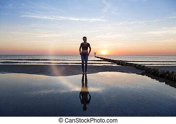πορτραίτο , από , ένα , εφηβικής ηλικίας δεσποινάριο , στην παραλία , σε , ηλιοβασίλεμα