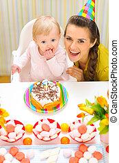 πορτραίτο , από , αίσιος mom , και , βρέφος δια , τούρτα γενεθλίων