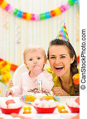 πορτραίτο , από , μητέρα , με , μωρό , απολαμβάνω , 1 γενέθλια γλύκισμα