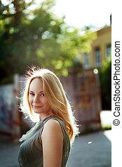 πορτραίτο , από , όμορφος , νέα γυναίκα , μέσα , ο , city., καλοκαίρι , freedom.