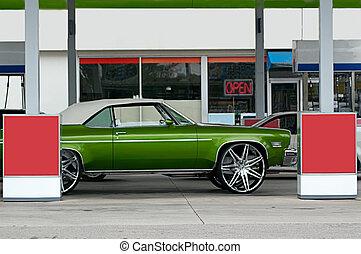 πράσινο , αντίκα , ανοιχτό αυτοκίνητο , σε , βενζινάδικο