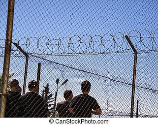 πρόσφυγας αδερφίζω , φυλακή , φράκτηs