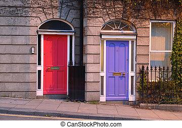 πρώτα , πάτωμα , και , είσοδοs , να , όμορφος , κτίριο , δυο , άνοιγμα , παράθυρο