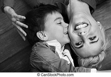 πυροβολώ , αγόρι , χαριτωμένος , όμορφη , μητέρα , ασπασμός