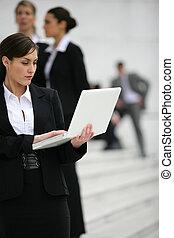 πόλη , laptop , επιχειρηματίαs γυναίκα