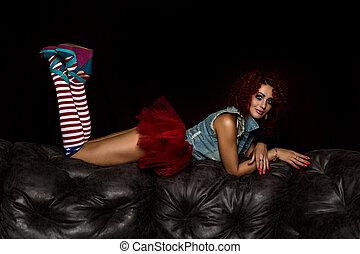 ρυθμός , μόδα , αρέσω , κατσαρός , κούκλα , δέρμα , sofa., men., παρουσιαστικό , κοκκινομάλλης , ελκυστικός προς το αντίθετον φύλον , κορίτσι , βαρύνω , ενήλικος
