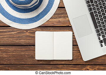 σημείωση , με , καπέλο , και , laptop , επάνω , ξύλινος , βάζω στο τραπέζι.