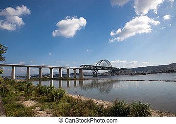 σιδηροδρομική γέφυρα , κάτω από , ο , γαλάζιος ουρανός