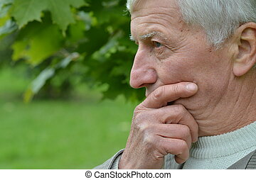 σκεπτικός , ηλικιωμένος ανήρ