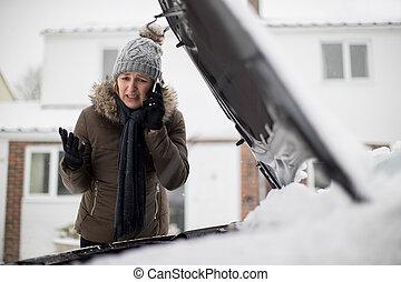 σπασμένος , κινητός , βοήθεια , χιόνι , επάγγελμα , κάτω , τηλέφωνο , αυτοκινητιστής , γυναίκα , άκρα του δρόμου