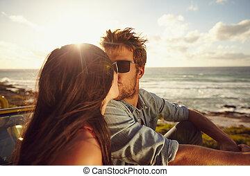 στοργικός , ζευγάρι , παραλία , νέος , ασπασμός