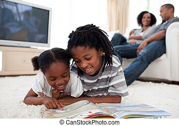 συγκεντρωμένος , βιβλίο , διάβασμα , παιδιά