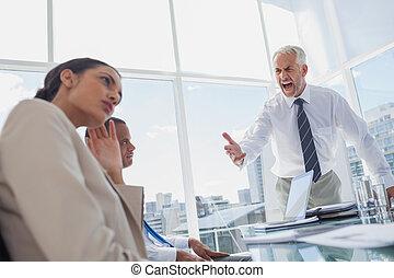 συνάδελφος , αφεντικό , ακράτητος , δυνατή φωνή