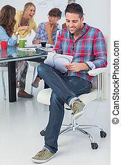 σχεδιαστής , χαμογελαστά , δικός του , γραφείο , εργαζόμενος