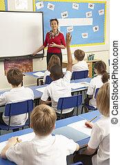 σχολική αίθουσα , εξεζητημένος , δασκάλα , μαθητές