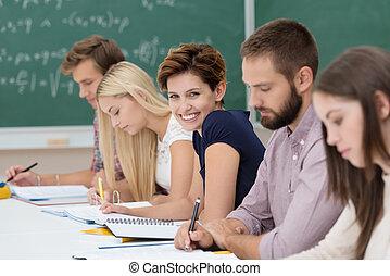 σχολική αίθουσα , ευθυμία γυναίκα , νέος