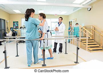 σωματικός therapist , βοηθώ , ασθενής , μέσα , περίπατος