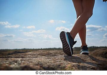 σώμα , αγόρι , δεσποινάριο , δικός του , βοήθεια , φόντο. , τοίχοs , φωτογραφία , νέος , girl., κομμάτια , legs., ασβεστόλιθος , αναρρίχηση , κοιλάδα , ευρύς