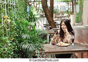 τηλέφωνο γυναίκα , καφετέρια , texting , κινητός