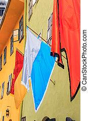 τοίχοs , σημαίες , τρία