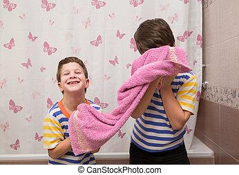 τουαλέτα , πετσέτα , αδέλφια , δυο , ευσυγκίνητος , παίξιμο