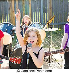τραγουδιστής , παιδιά , oρχήστρα , ζω , πίσω αυλή , κορίτσι...