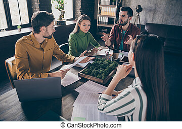 τριγύρω , τραπέζι , αντιπρόσωπος , businesspeople , επαγγελματικός , μεσίτης , ρυθμός , απασχολημένος , εταιρεία , κουβεντιάζω , workstation , στρατηγική , διαχειριστής , ανώγειο πάτωμα , βιομηχανικός , γραφείο , έμπειρος , κάθονται , καλός , χώρος εργασίας , εσωτερικός , τέσσερα