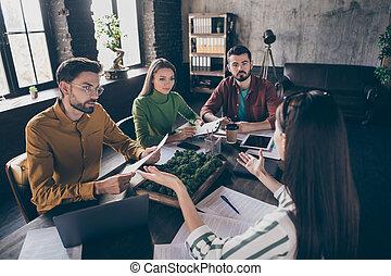 τριγύρω , τραπέζι , businesspeople , γνώστης , ρυθμός , ελκυστικός , καινοτομία , εταιρεία , γλώσσα , κουβεντιάζω , στρατηγική , δουλειά , διαχειριστής , θέση , ανώγειο πάτωμα , βιομηχανικός , γραφείο , έμπειρος , κάθονται , στέλεχος , καλός , εσωτερικός , τέσσερα , ακριβής
