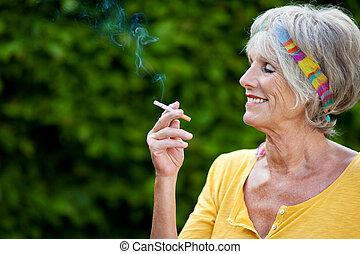 τσιγάρο , ανώτερος γυναίκα , πάρκο , κάπνισμα