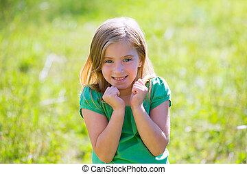 υπαίθριος , πράσινο , ξανθή , κορίτσι , έκφραση , ερεθισμένος , χειρονομία , παιδί
