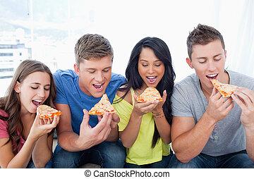 φίλοι , απολαμβάνω δίπλα , πίτα με τομάτες και τυρί