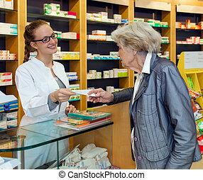 φαρμακοποιός , σερβίρισμα , ένα , αρχαιότερος , κυρία