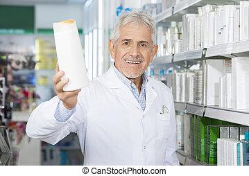 φαρμακοποιός , χαμογελαστά , χρόνος , κράτημα , σαμπουάν , μπουκάλι , μέσα , φαρμακευτική