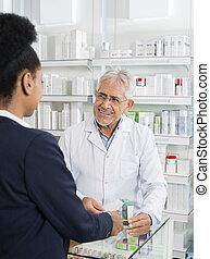 φαρμακοποιός , looking at , businesswoman ακουμπώ , μέσα , φαρμακευτική