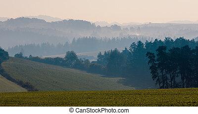 φθινόπωρο , ασαφής γραφική εξοχική έκταση , ανατολή , ομιχλώδης