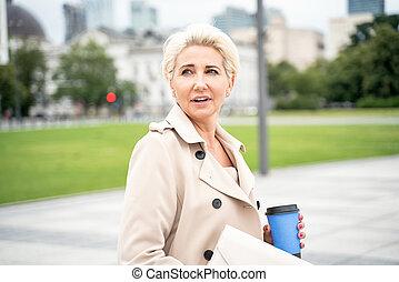 φλιτζάνι του καφέ , κομψός , επιχειρηματίαs γυναίκα