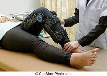 φυσιοθεραπευτής , κάνω , τεντώνω , ασκήσεις , επάνω , ανεκτικός , πόδι , αναμόρφωση , για , γόνατο , βλάβη