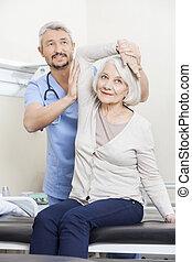 φυσιοθεραπευτής , μερίδα φαγητού , αρχαιότερος , ασθενής , με , μπράτσο , ασκώ